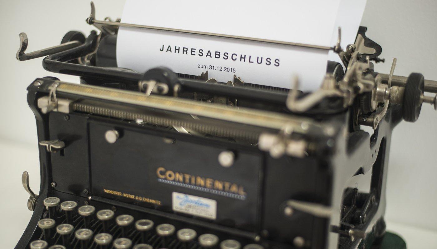 Schreibmaschine mit Jahresabschluss