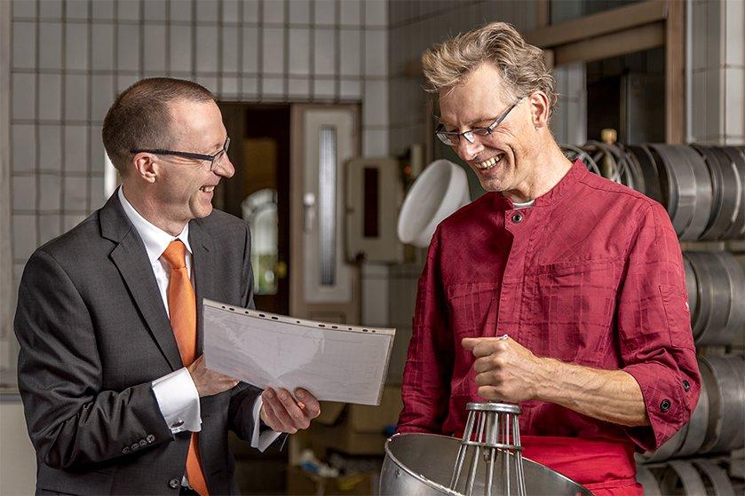 Egbert Chwatal mit Kunden im Beratungsgespräch